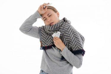 Grypa objawia się często silnymi bólami głowy i gorączką